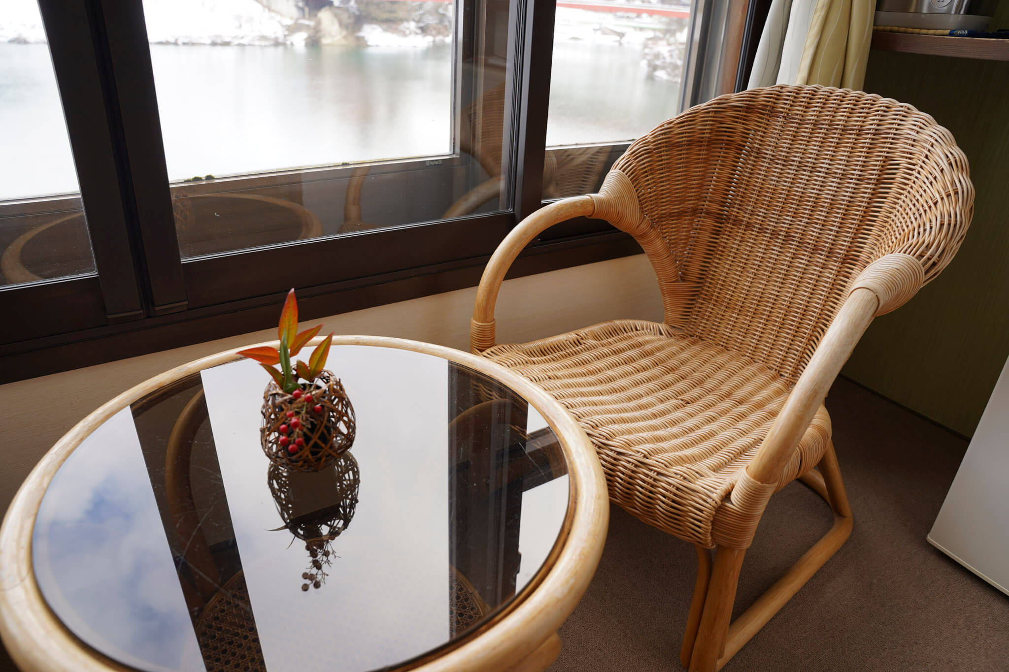 只見川と赤い橋を望む風情豊かな客室