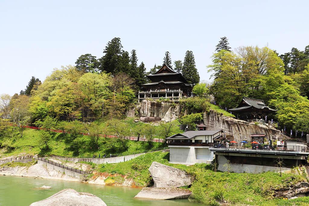 満開の菜の花と新緑の円蔵寺